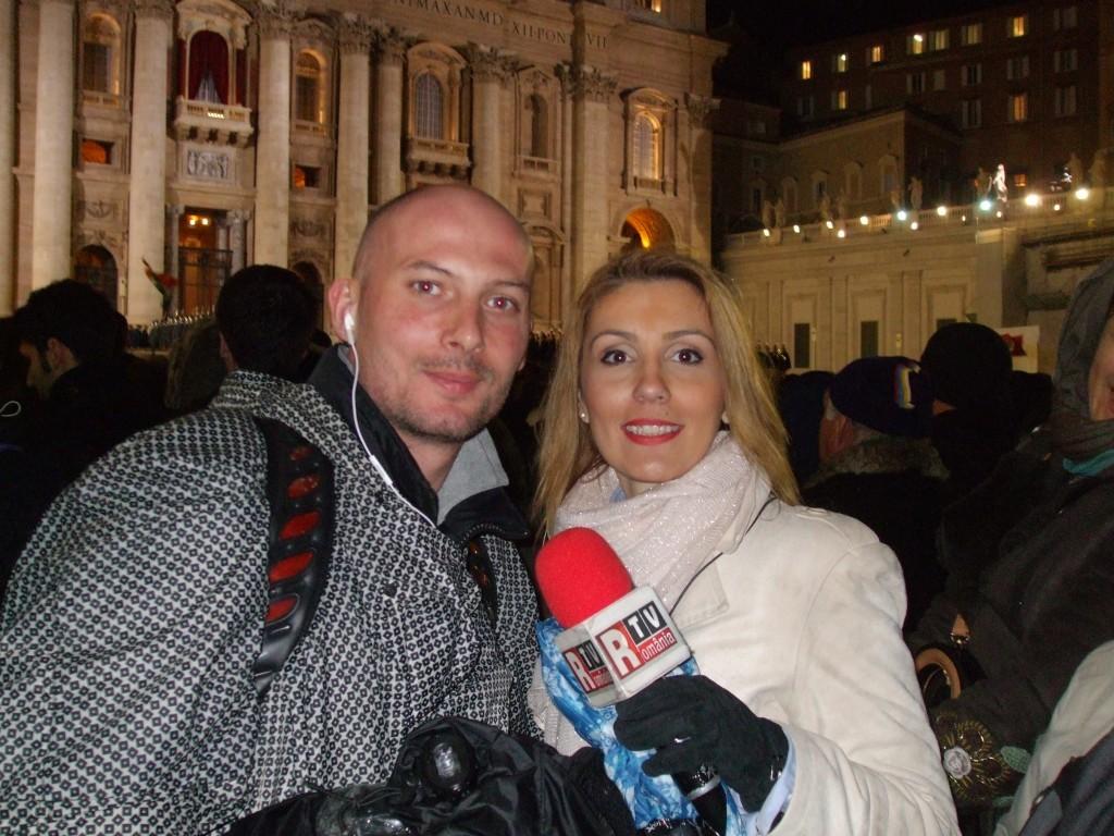 Cea mai intensă experienta ca ziarist am trăit-o însă la România Tv. Conclavul de alegere a Papei Fracisc, martie 2013. Poza asta e din seara în care a ieşit fumul alb pe hornul Capelei Sixtine. Puteam să mor fericită atunci, aşa se traduce lumina de pe faţa mea.