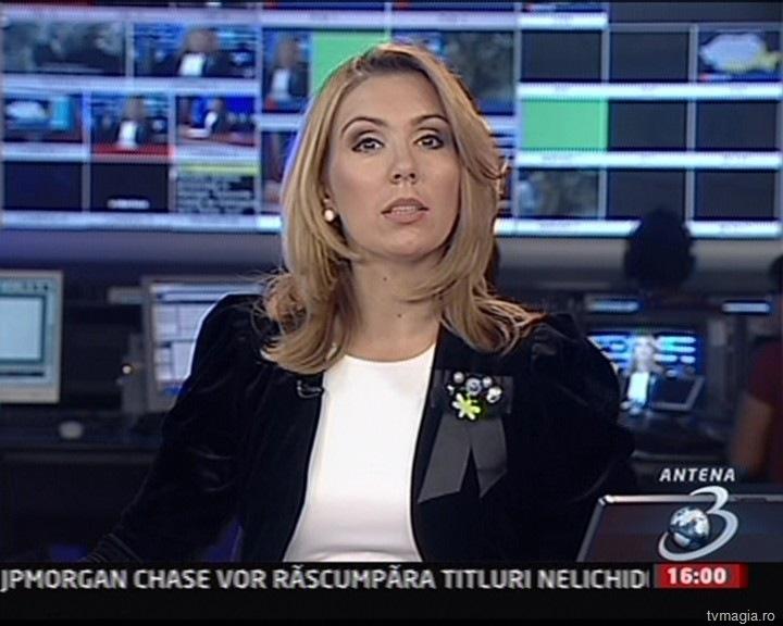În 2007 am plecat la Antena 3 şi chiar a fost o provocare. Ţin minte că imi tremura vocea la prima emisie, intr-o dimineaţă la jurnalul de 7. Curs intensiv de politică au fost primele luni dar primul test real nu a avut nicio legătura cu politica. Pe astea le învăţasem repede. Ce te faci însă cand Moţu, Florian Pitiş pleacă spre lumi mai bune pe tura ta? Vai de capul meu a fost atunci, am crezut că moare producătorul meu din cauza mea. Eram pierdută printre cuvine.
